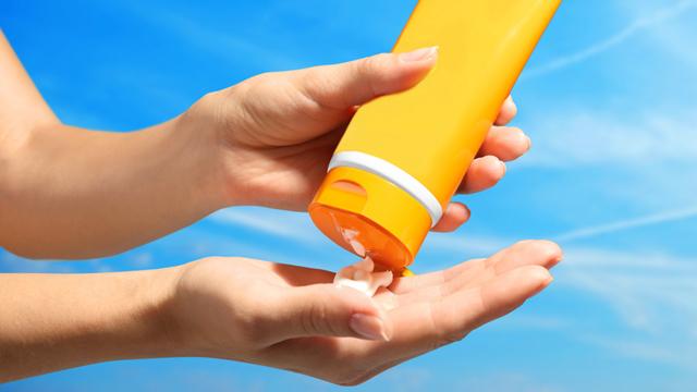 Antes de comprar um protetor solar, tenha em mente que o esse tipo de  produto deve ter fator de proteção solar (FPS) 30, no mínimo. 739bd9e3b1